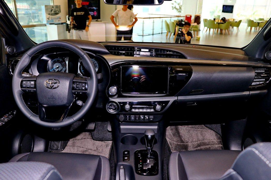 車內飾板採用消光類金屬髮絲紋材質,與藍光氣氛燈相互輝映。 記者陳威任/攝影