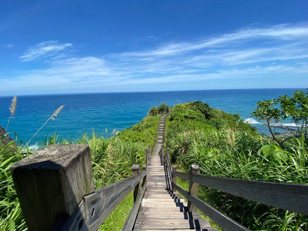 花蓮大石鼻山步道15分鐘就可登頂,可欣賞蜿蜒木棧道與壯闊海景。 圖/王思慧 攝影