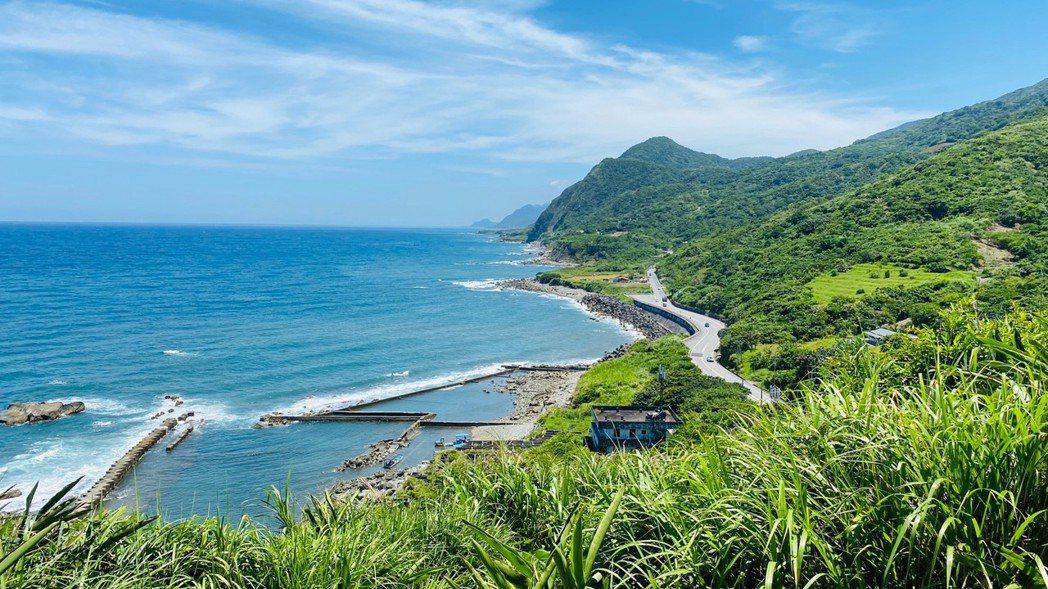 大石鼻山登頂後,可欣賞東海岸線及秀麗青山景色。 圖/王思慧 攝影