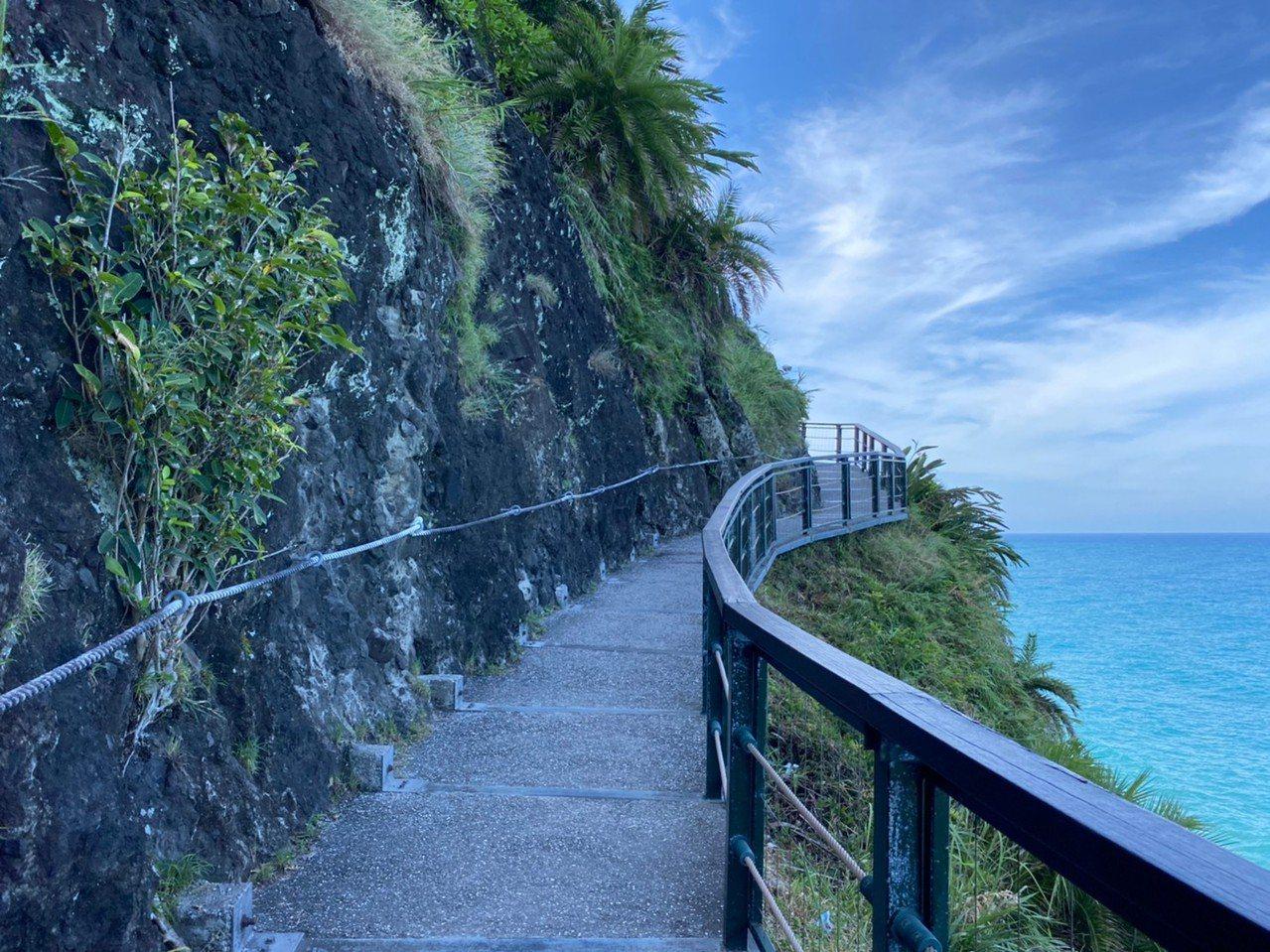 花蓮親不知子古道依靠懸崖而建,非常具有特色。 圖/王思慧 攝影