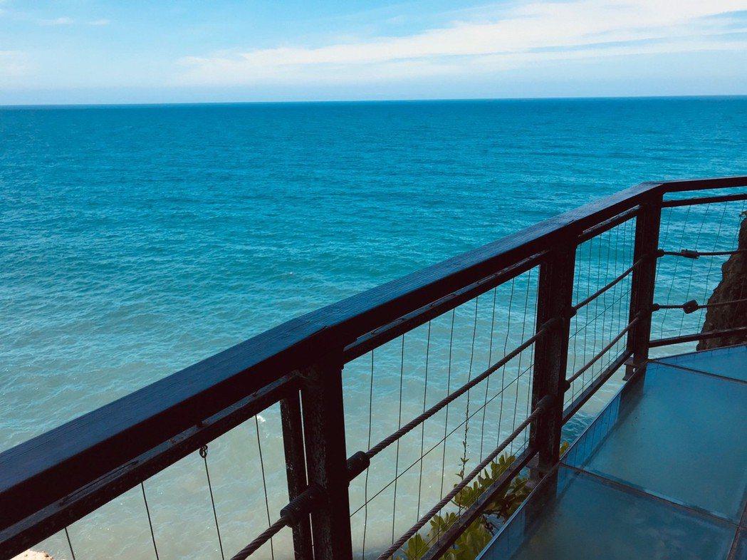 親不知子古道旁邊就是大海,吸引許多遊客造訪。 圖/王思慧 攝影