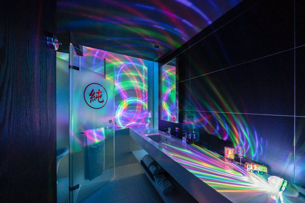 《純情KTV》主題房與展間一樣大量運用高彩度孔雀燈。 圖/台南老爺行旅提供