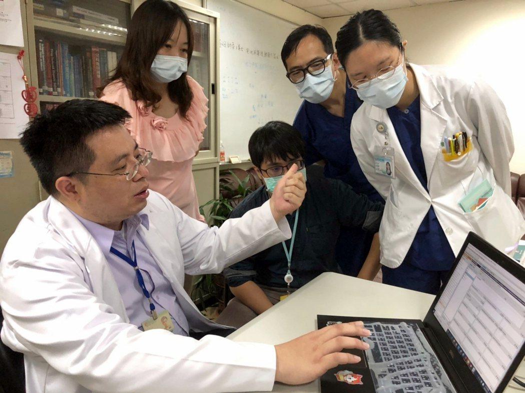 光田綜合醫院兒科醫師江國樑(左一)花4年籌劃及輸入逾3萬筆資訊打造出「人工智能癲...