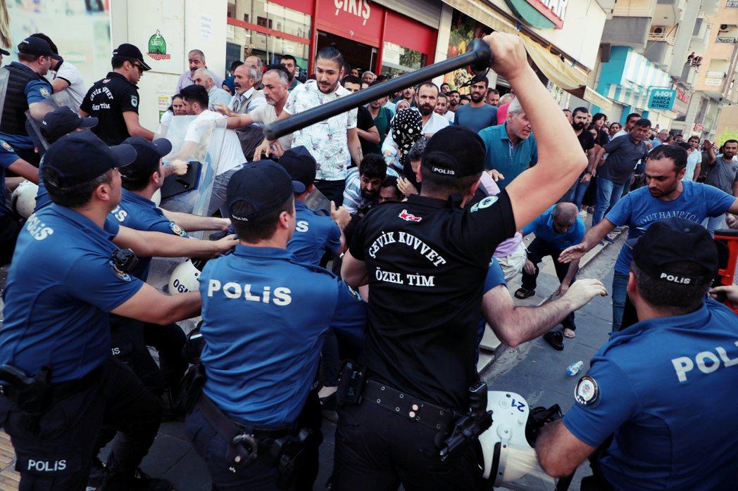如今夜巡者擴權的法案通過後,執法過當恐成常態。況且就警力資源來看,土耳其警力事實...