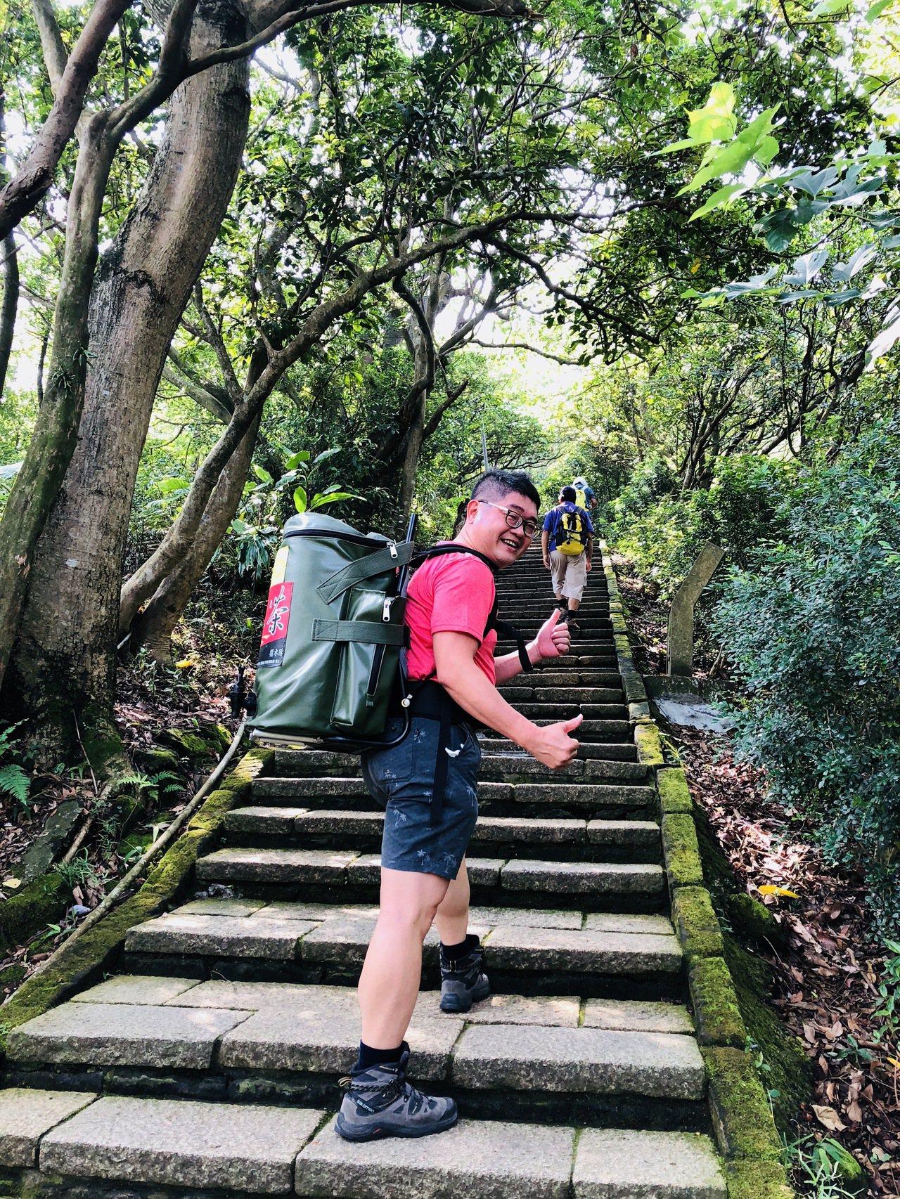 奉茶文化,背30公斤的熱茶登山,除了訓練肌耐力,還能分享給山友解渴。 圖/林青穀...