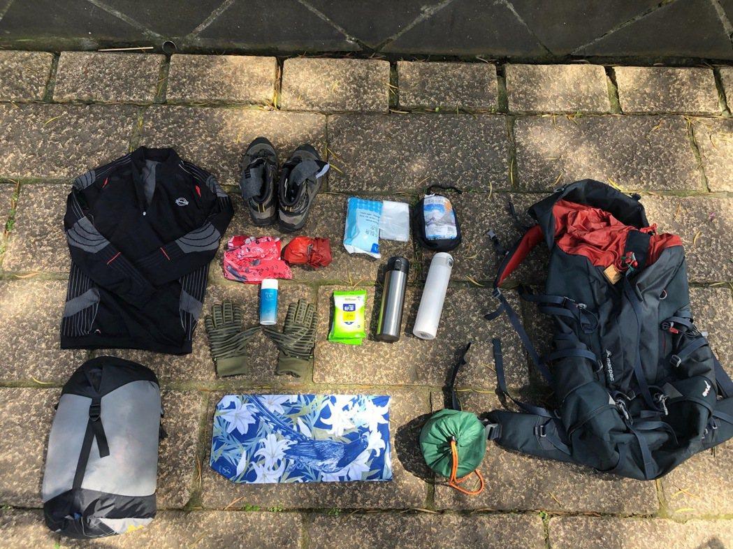 林青穀醫師的登山裝備,需準備睡袋.保暖衣物和便當用具等。 攝影/張益華