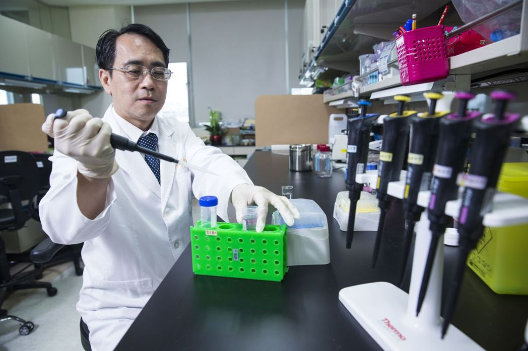 看診之外,顏宗海也帶領研究團隊做實驗、共同發表論文。 圖檔提供/幸福熟齡(攝影:...