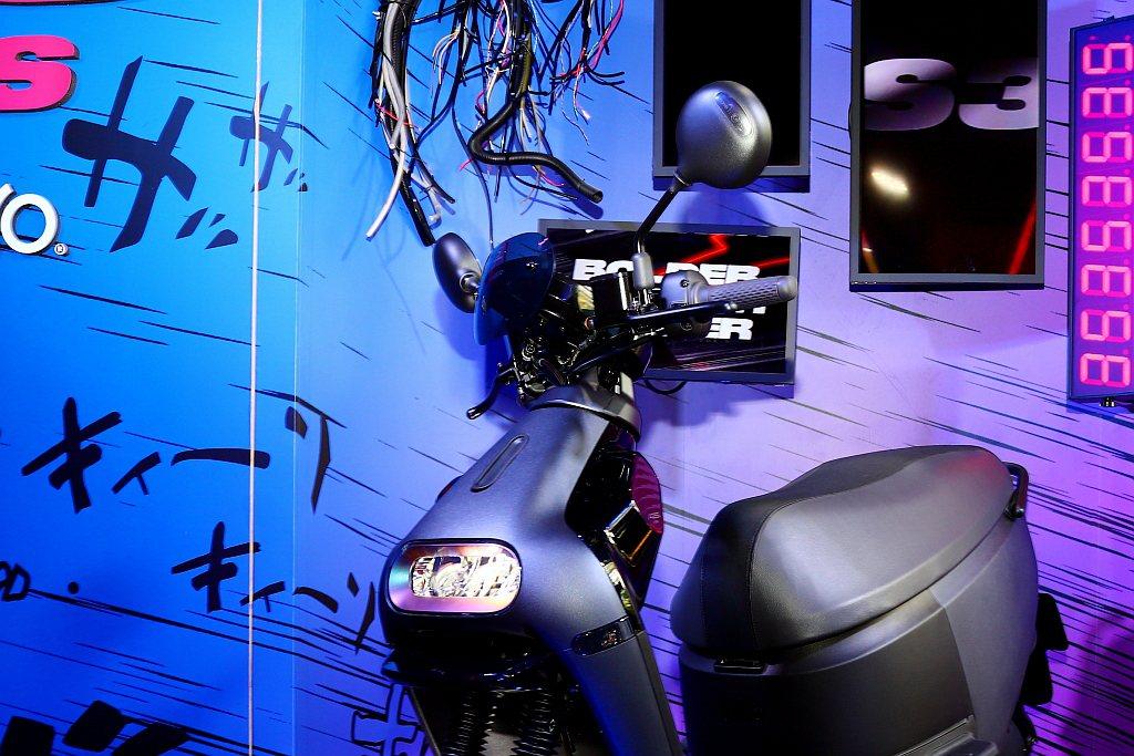 Gogoro S3 ABS具備燻黑跑格風鏡,視覺效果非常搶眼。 記者張振群/攝影