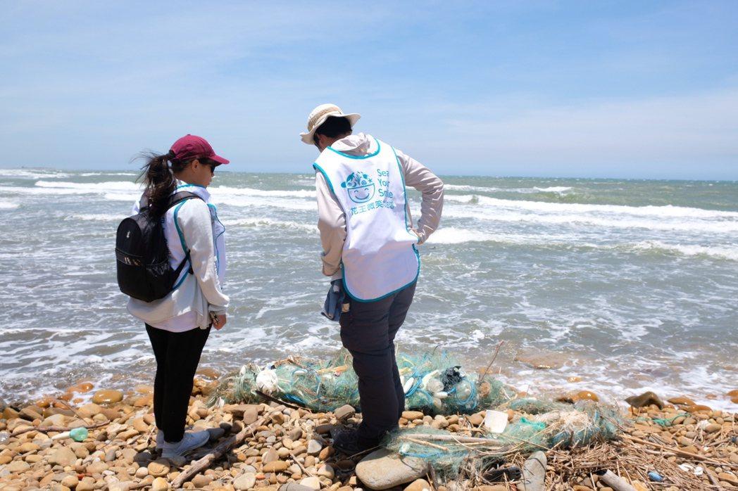 今年將首度嘗試淨灘結合海洋教育活動,花王與環境資訊協會一同為活動行前場勘,過程中...