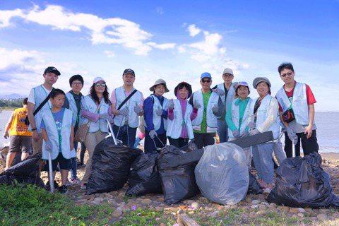花王過去20年認養新竹工廠所在地附近的新月沙灘,每年定期舉辦淨灘活動。 圖/花王...