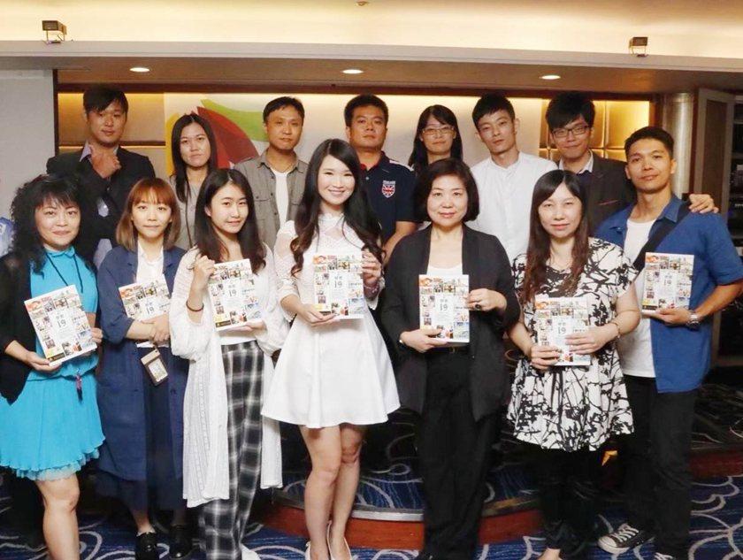 華品影視監製林玉卿(前排左四)於新書發表會,與同仁合影。 華品影視/提供
