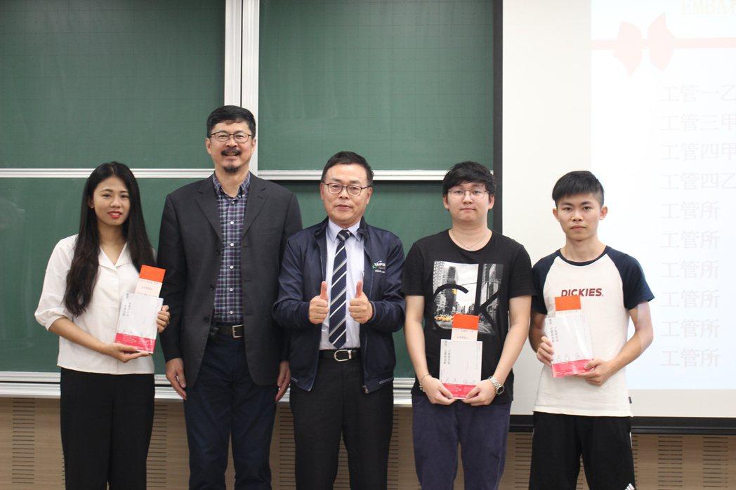 北科大管理學院院長邱垂昱(左二)、TEAA理事長呂朝福(左三)。 吳佳汾/攝影