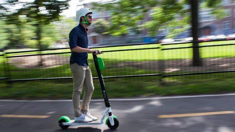 共享電動滑板車輕便且可以隨停,但其高耗損率以及管理不易,仍讓許多城市不敢放行。(Photo from網路截圖)