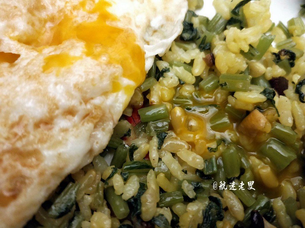 荷包蛋裡面會流出金黃的蛋液,和米飯拌在一起吃,米飯的口感變的很順滑,好吃,很喜歡。