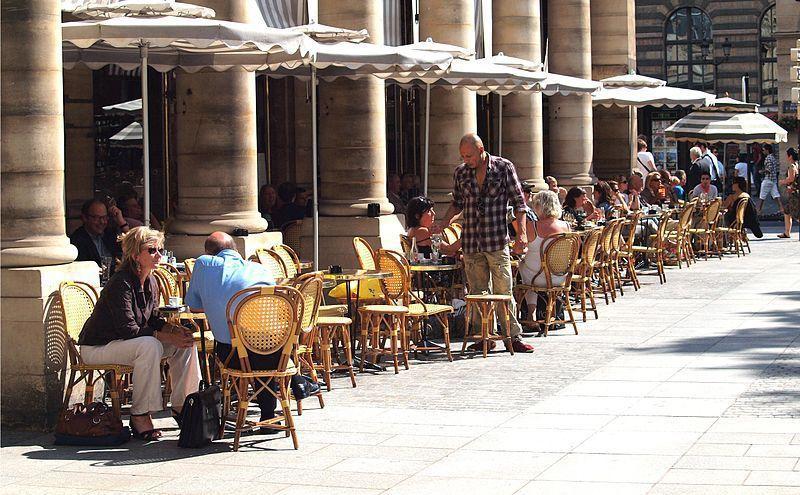 巴黎人很喜歡選擇戶外座位用餐  / 來源:wikimedia