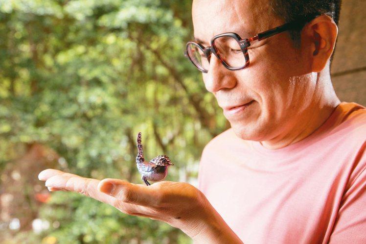 AKACHEN創辦人兼設計總監陳智權把玩最新創作「奔奔鳥」擺件。記者陳立凱/攝影