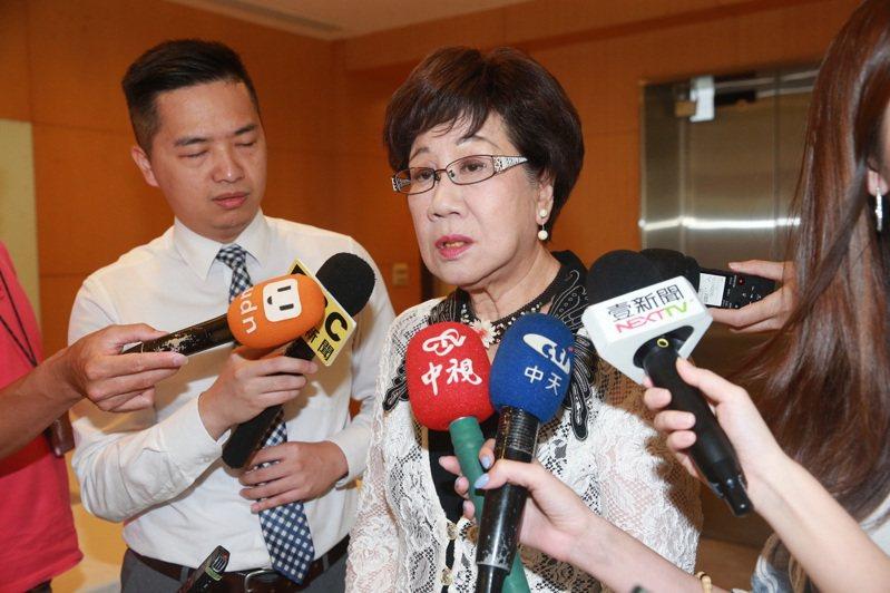 針對監察院人事提名風波,前副總統呂秀蓮(右)昨呼籲執政黨,「拜託不要汙染民主」。記者黃義書/攝影