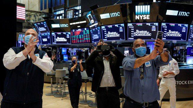 後疫情時代,銀行降息潮來襲,投資人是否該將大把資金注入股市,搏一次翻身機會呢? ...