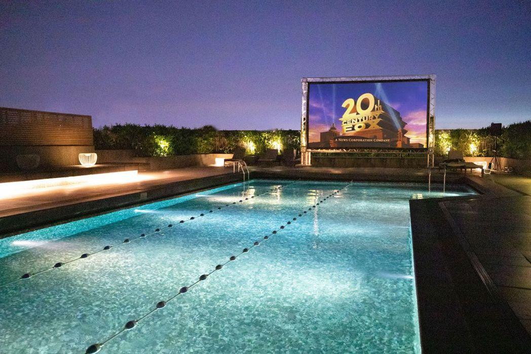 台北晶華每日晚間在頂樓泳池畔讓房客坐擁國際城市天際線、觀賞「城市星空電影院」。(...
