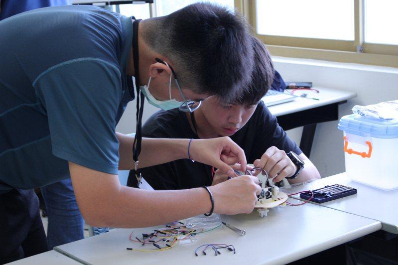 台東大學舉辦「縣自走車迷宮競賽」賽前參賽學生合力製作自走車。圖/台東大學提供