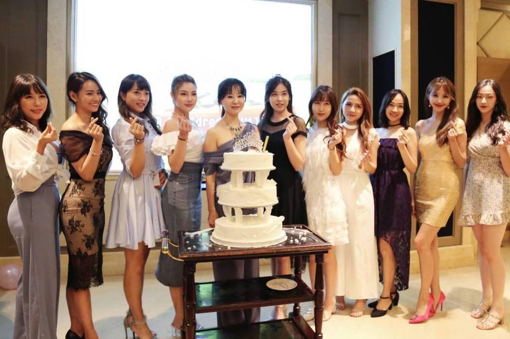 眾佳麗齊聚為張如君(中)慶生。圖/中華全球城市選拔協會提供