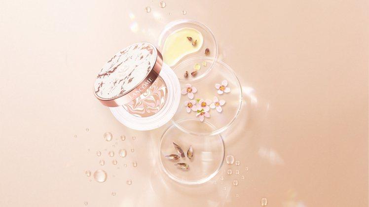 延續「超極光系列」配方,蘭蔻隆重推出共兩色選的「超極光精華水粉霜」。圖/蘭蔻提供