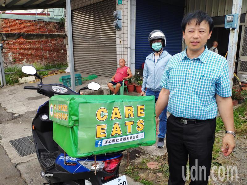 台南市蓮心園基金會「Care Eats」送餐機車,將善心者捐贈的粽子,分送到獨居老人的家。記者謝進盛/攝影