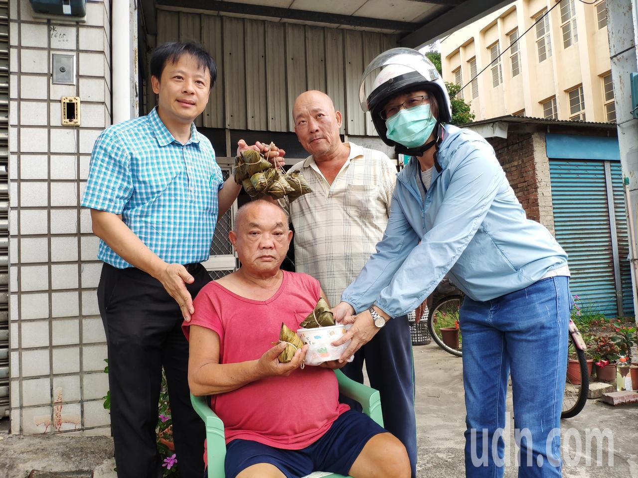 端午節近,台南市蓮心園基金會將善心者捐贈的粽子,分送到獨居老人的家。記者謝進盛/攝影謝進盛/攝影