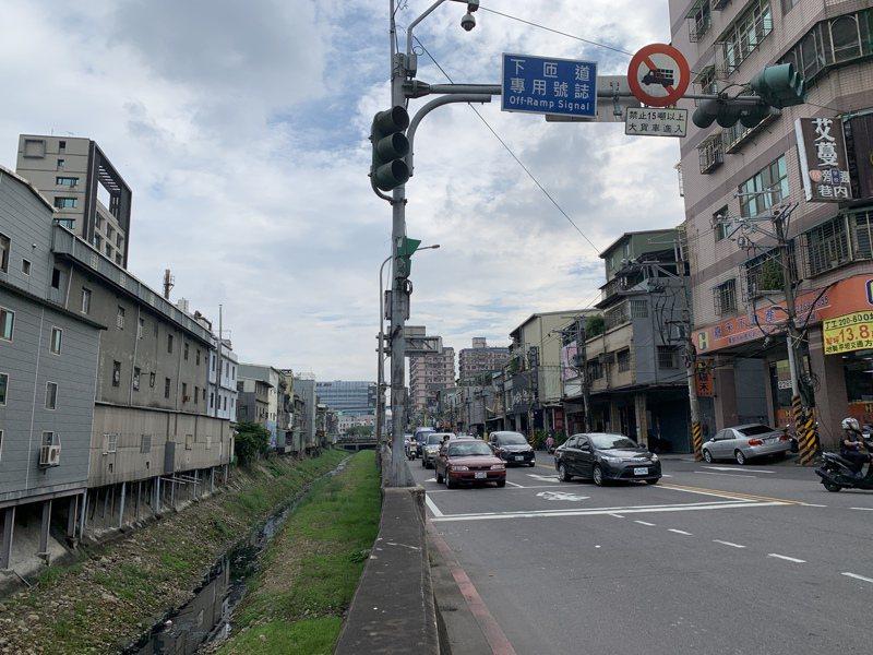 新北市新工處將在土城大安圳(圖左)加蓋增1車道,解決亞洲路與城林路交叉口車多擁擠問題。記者魏翊庭/攝影