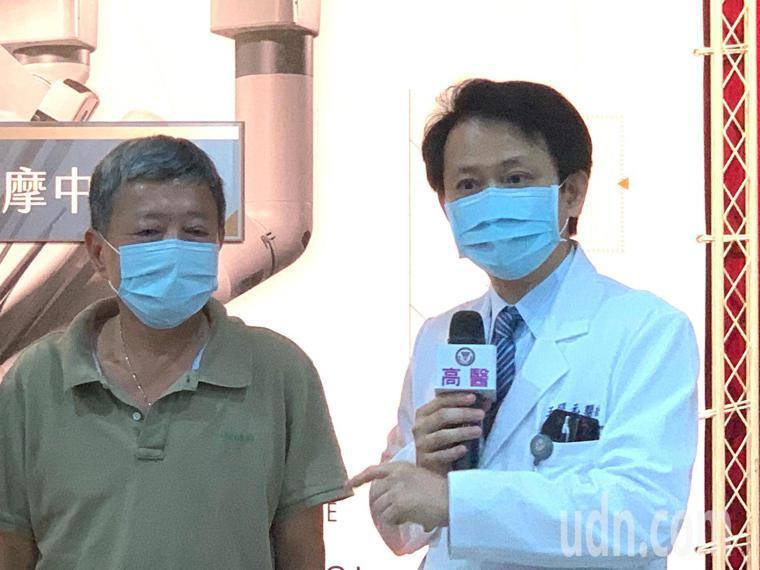 病患感謝高醫大腸直腸外科醫師王照元(右),為自己保住肛門與生活品質。記者徐如宜/...