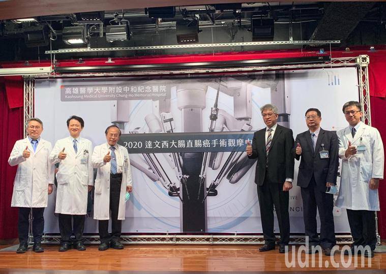 高醫成立全台首所「大腸直腸外科達文西手術觀摩看刀中心」,讓國內外醫師前來高醫學習...