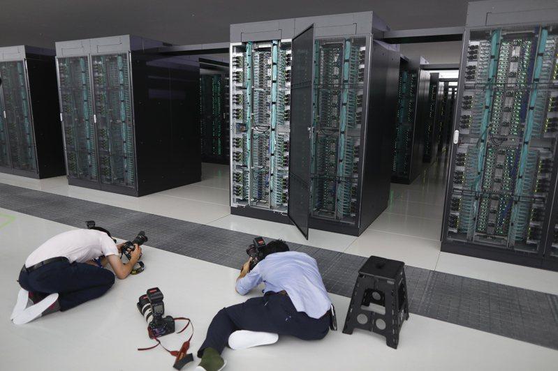 位於日本神戶的「富岳」超級電腦,16日開放給媒體參觀,攝影師把握機會努力取景。  歐新社