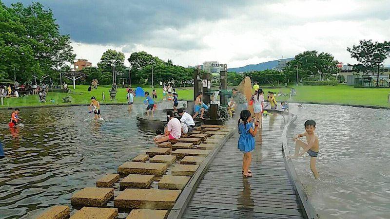 位於內湖污水處理廠的內湖運動公園,從6至9月份免費開FUN親水池,園內設置極限運動場、兒童遊戲場、沙坑等。圖/台北市衛工處提供