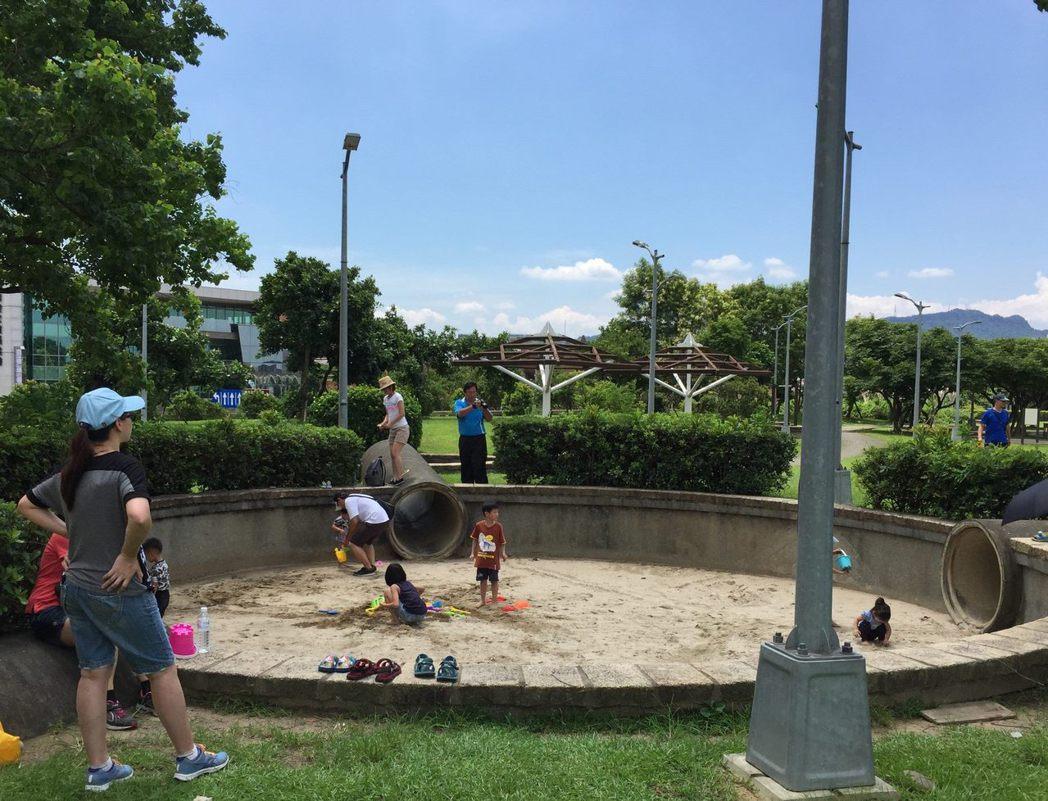 位於內湖污水處理廠的內湖運動公園,從6至9月份免費開FUN親水池,園內設置極限運...