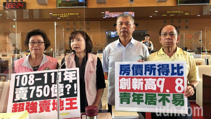 民進黨議員指靑年居大不易,市府應有對策。記者陳秋雲/攝影
