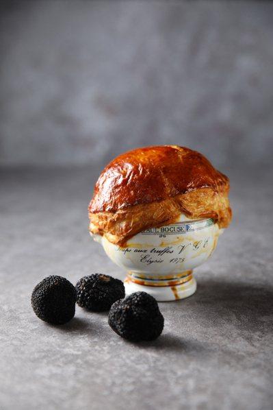 亞都麗緻巴賽麗廳的「酥皮松露鴨肝牛肉澄清湯」。圖/台北亞都麗緻飯店提供