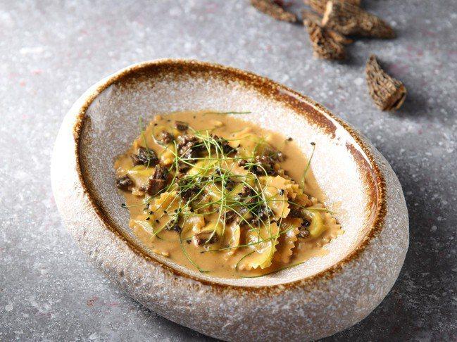 法國中南部經典的地方美食「多芬娜麵餃佐羊肚菇醬汁」。圖/台北亞都麗緻飯店提供