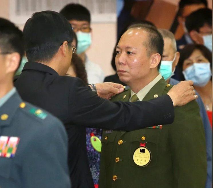 涉私煙案被記過的陳敏華(右)上午晉任少將,由國防部長嚴德發(左)授階。記者林澔一/攝影