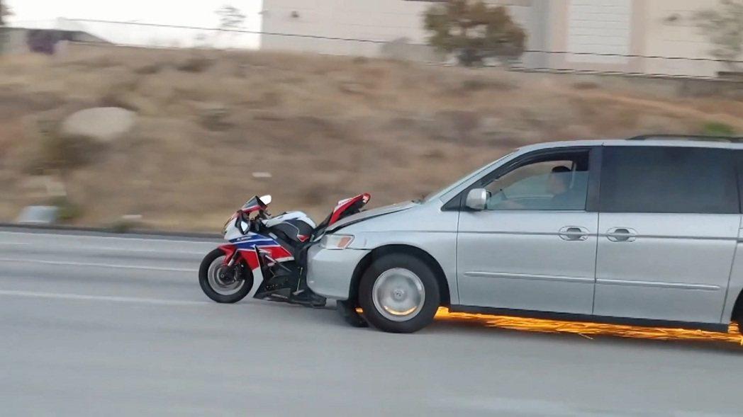 美國加州科洛納(Corona, CA)19日發生一起奇特的交通事故。一輛休旅車撞...