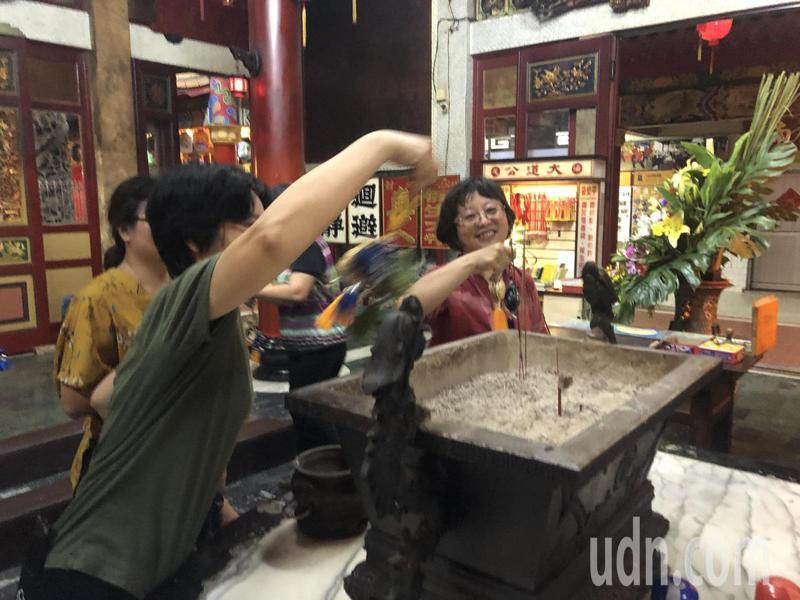 台南社大台江分校學員製作端午香包,過爐祈求平安。記者鄭惠仁/攝影