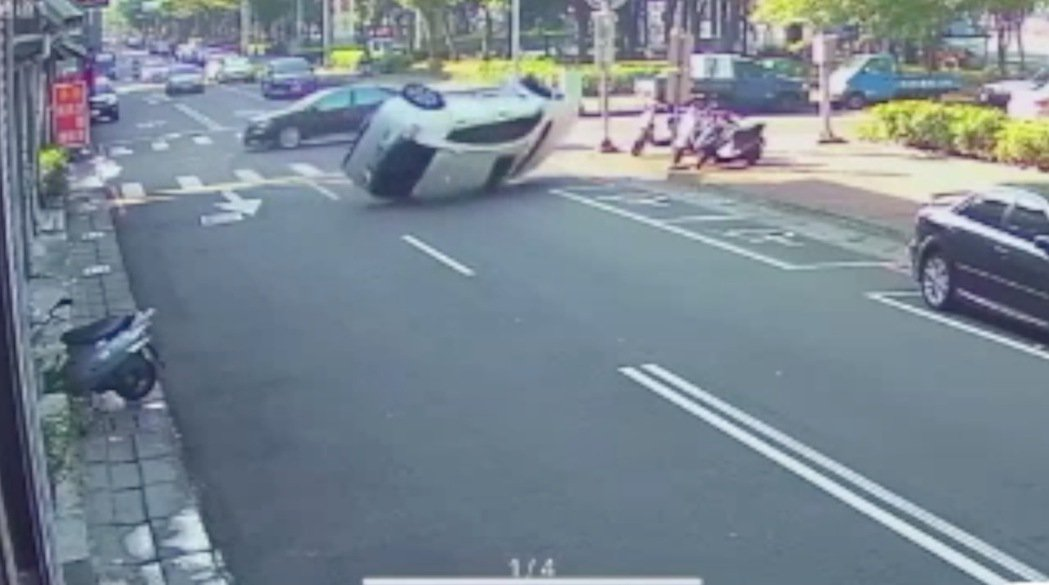 台中市東區旱溪二街、東光園路被網友形容為瘋狂路口,過去曾發生一輛休旅車遭側撞後3...