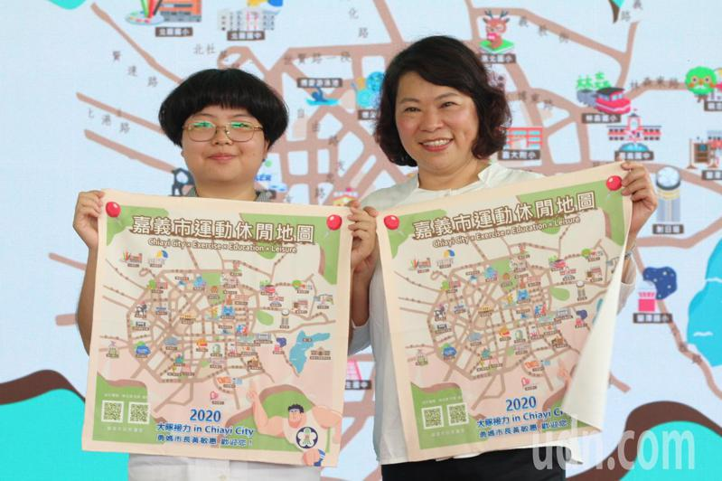 嘉義高商學生蔡岳霖(左起)設計出嘉市休閒地圖,今與市長黃敏惠一同將地圖亮相。記者李承穎/攝影