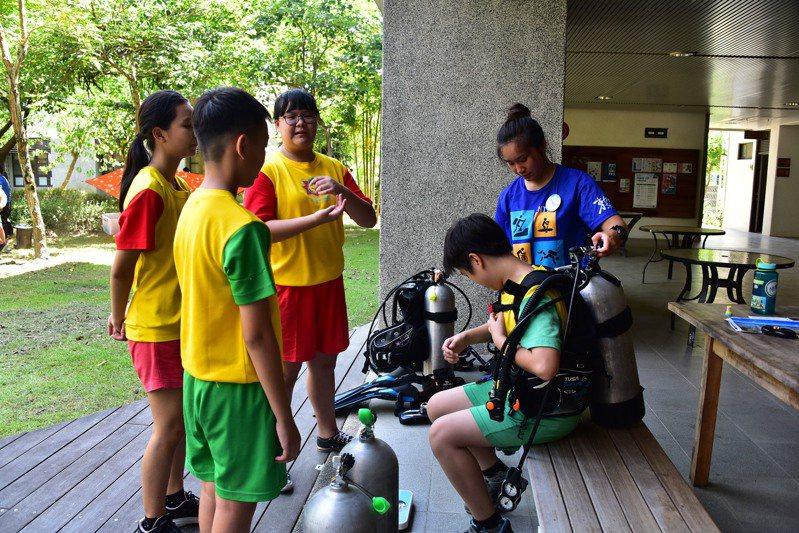 台東大學安排附設實驗小學學生前往富山,體驗台東大學Y計畫中規畫的潛水運動。圖/台東大學提供