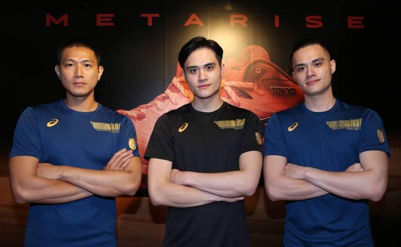 旅日排球好手劉鴻杰(右)、劉鴻敏(中)和陳建禎為贊助商站台。記者侯永全/攝影