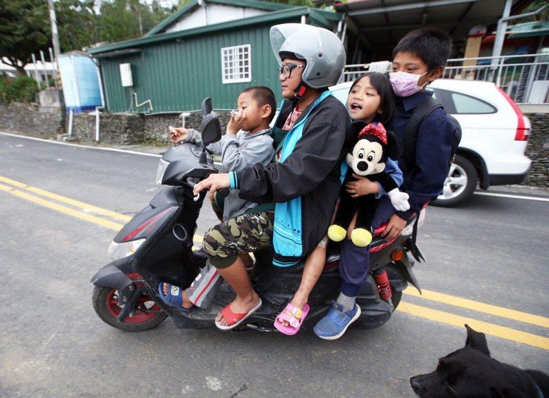 台東縣延平鄉鸞山的胡媽媽(右二)有五個孩子,由於家附近沒公車,早年只能騎機車「五貼」帶小朋友去上學。 記者劉學聖/攝影