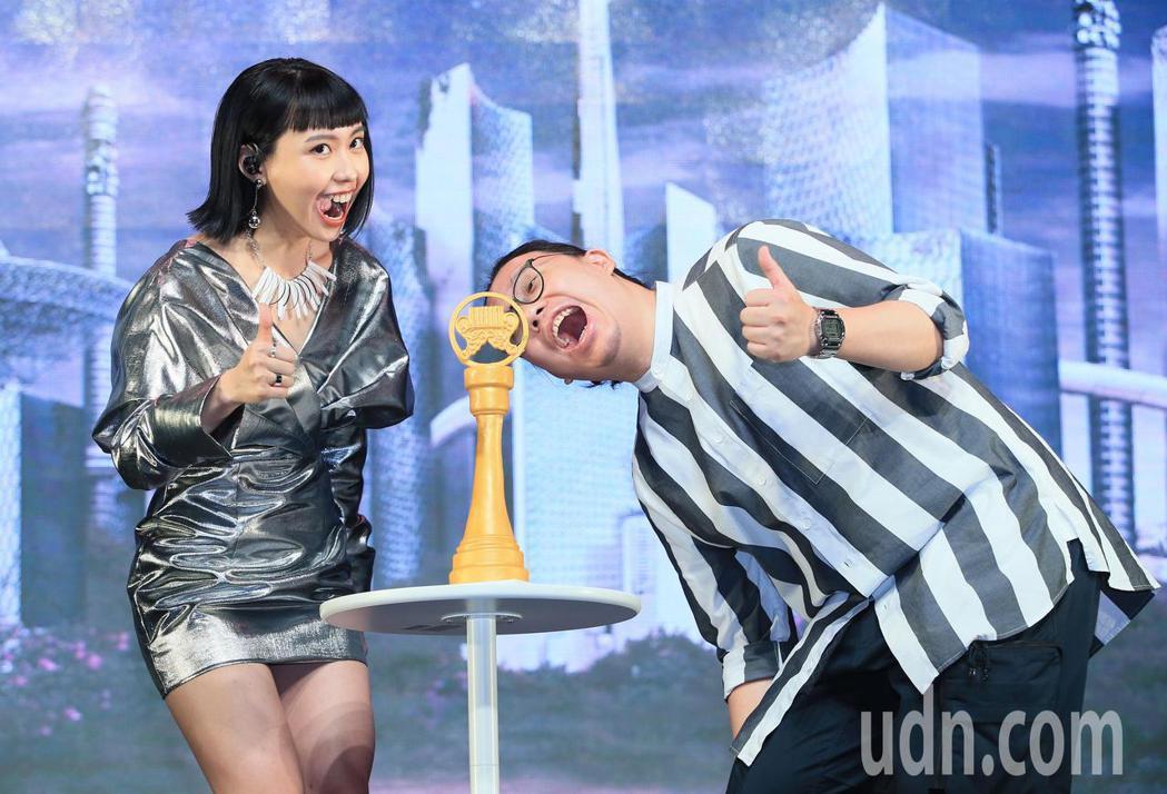 李芷婷(左)今天舉行首張專輯「美麗舊世界」發片記者會,公司期待明年能拿下新人獎座...