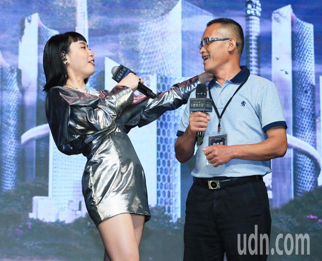 李芷婷今天舉行首張專輯「美麗舊世界」發片記者會,李爸爸前來祝福。記者潘俊宏/攝影