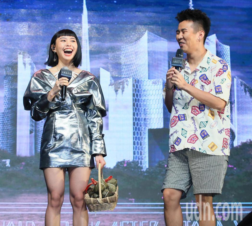 李芷婷(左)今天舉行首張專輯「美麗舊世界」發片記者會,屁孩前來加油打氣。記者潘俊...