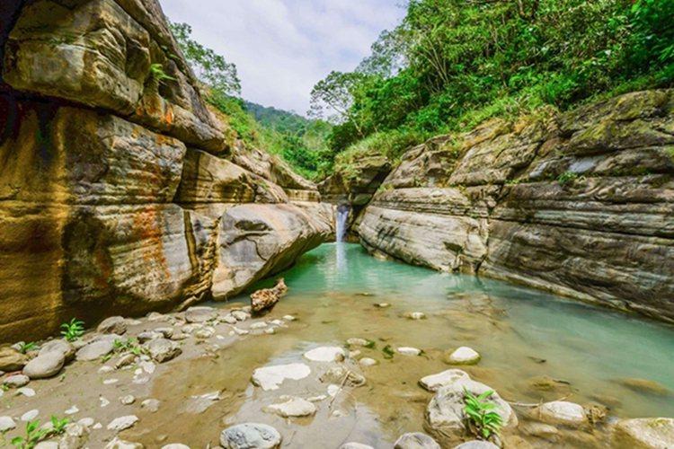 萬年峽谷遊覽河水雕刻出的柔美曲線,讚嘆大自然的鬼斧神工。圖/雄獅旅遊提供