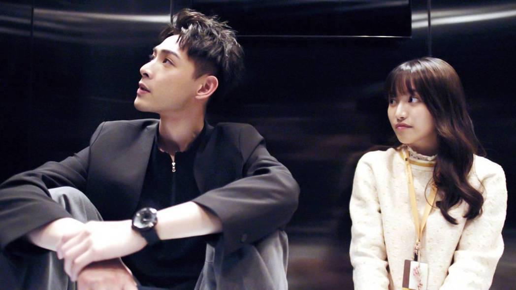 連晨翔(左)在「浪漫輸給你」中和蔡瑞雪被關在電梯中培養感情。 圖/三立提供